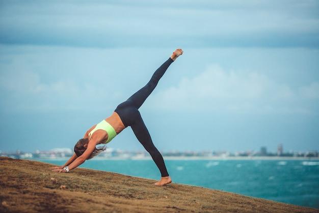Schönes mädchen, das yoga tut Kostenlose Fotos