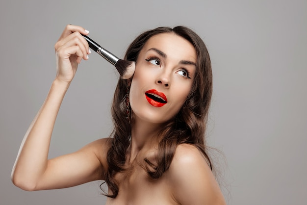 Schönes mädchen der nahaufnahme mit schönem make-up. Premium Fotos