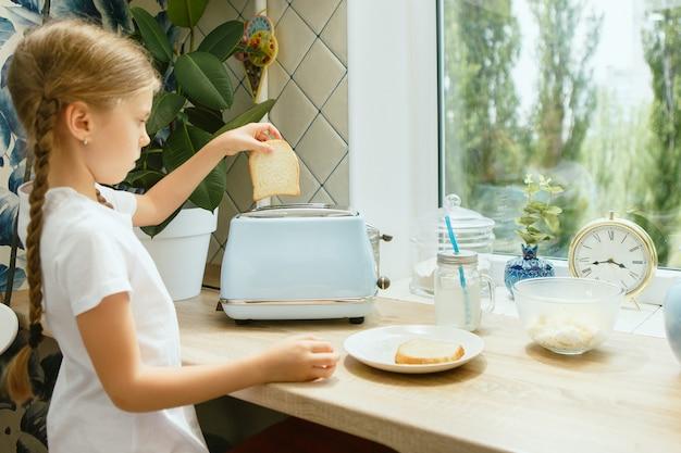 Schönes mädchen in ihrer küche am morgen, das frühstück vorbereitet Kostenlose Fotos