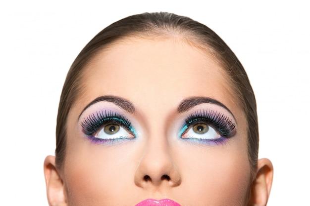 Schönes mädchen mit buntem make-up Kostenlose Fotos