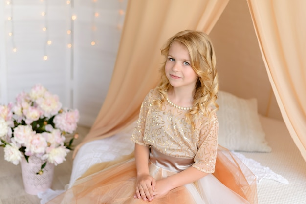 Schönes mädchen mit einem schönen kleid Premium Fotos