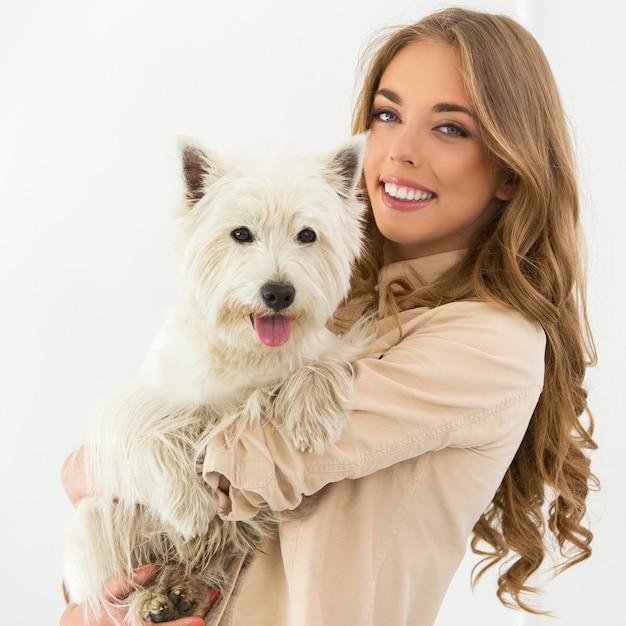 Schönes mädchen mit hund Kostenlose Fotos