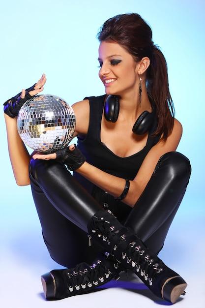 Schönes mädchen mit kopfhörern und discokugel Kostenlose Fotos