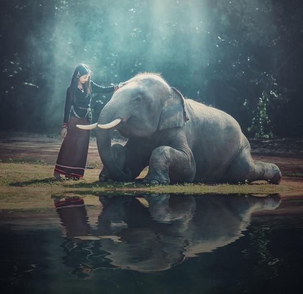 Schönes mädchen mit lächelndem elefanten, elefantendorf, surin, thailand Premium Fotos