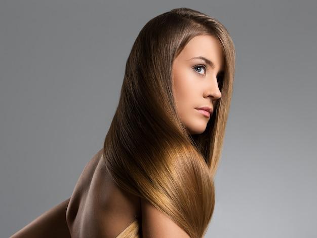 Schönes mädchen mit langen haaren Kostenlose Fotos