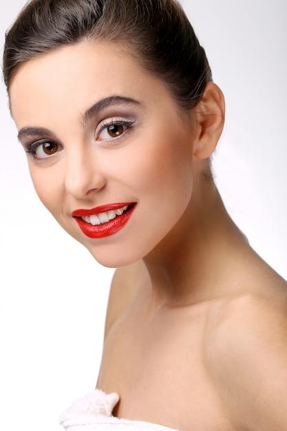 Schönes mädchen mit perfekter haut und rotem lippenstift Kostenlose Fotos