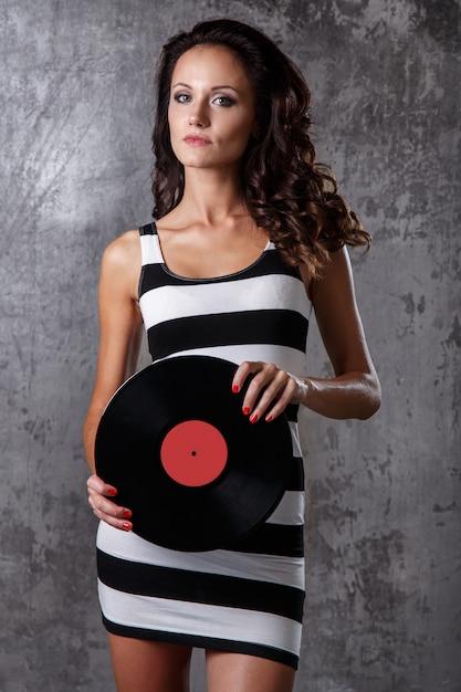 Schönes mädchen mit vinylplatte Kostenlose Fotos