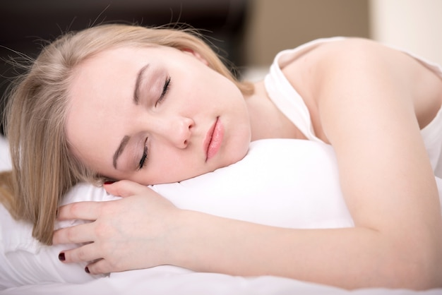 Schönes mädchen schläft im schlafzimmer. Premium Fotos