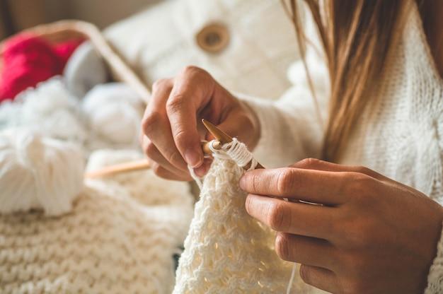 Schönes mädchen strickt einen warmen pullover Premium Fotos