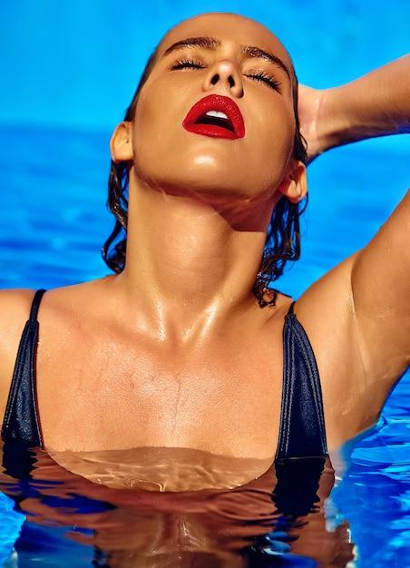Schönes mädchenmodell mit dem dunklen haar in der schwarzen badebekleidung Kostenlose Fotos