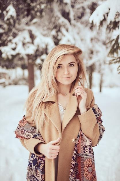 Schönes mädchenporträt auf dem winterpark Kostenlose Fotos