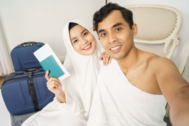 Schönes muslimisches paar hadsch und umrah Premium Fotos