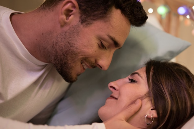 Schönes nettes küssendes paar zu hause Kostenlose Fotos