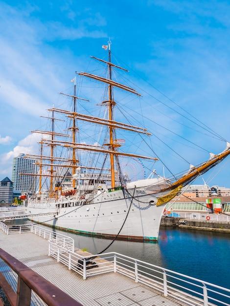 Schönes nippon-maru ein segelboot mit blauem himmel in yokohama-stadt Kostenlose Fotos