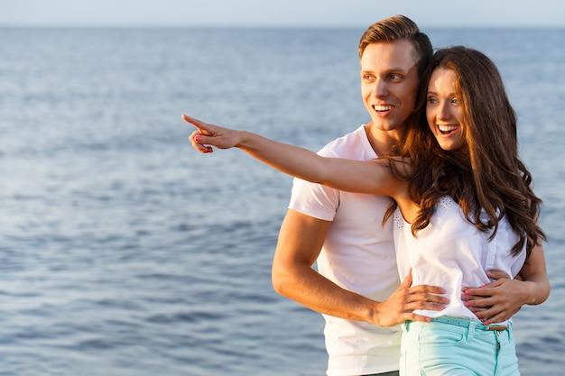 Schönes paar am strand Kostenlose Fotos