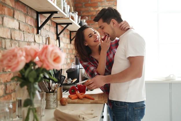 Schönes paar in der küche Kostenlose Fotos
