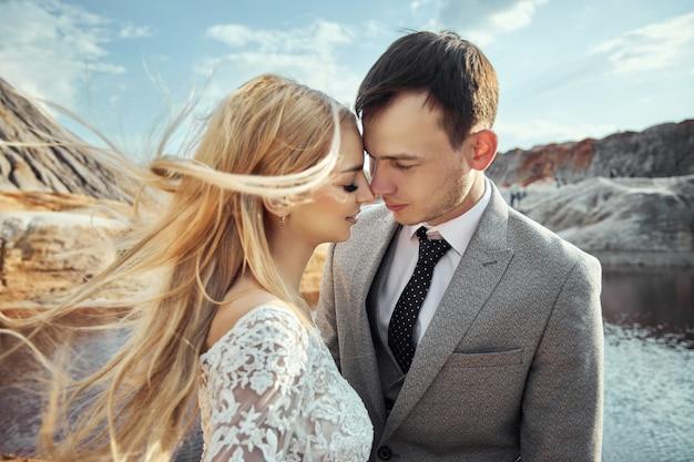 Schönes paar in der liebe auf einer fabelhaften landschaft Premium Fotos