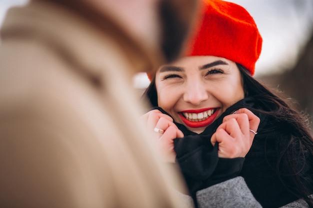 Schönes paar in einem winterpark Kostenlose Fotos