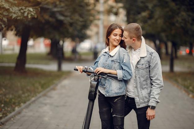 Schönes paar verbringen zeit auf der straße Kostenlose Fotos
