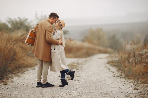 Schönes paar verbringen zeit in einem herbstfeld Kostenlose Fotos