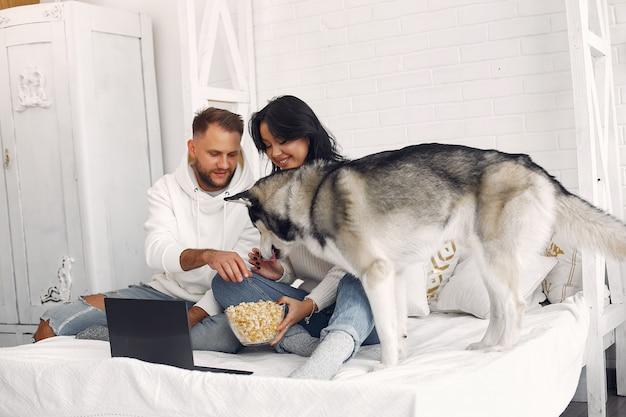Schönes paar verbringen zeit in einem schlafzimmer Kostenlose Fotos