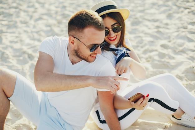 Schönes paar verbringen zeit in einem sommerpark Kostenlose Fotos