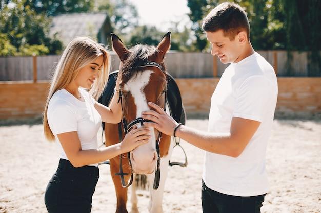 Schönes paar verbringen zeit mit einem pferd Kostenlose Fotos