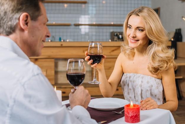 Schönes paar während eines romantischen abendessens Kostenlose Fotos
