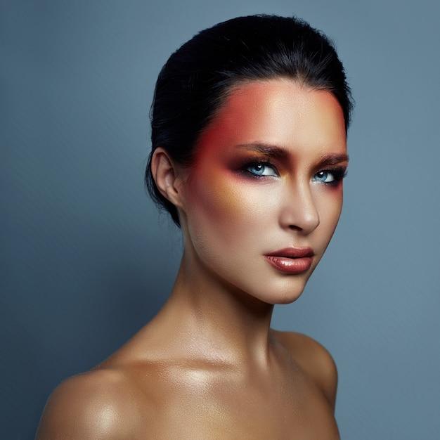 Schönes porträt der frau mit rotem hellem make-up Premium Fotos