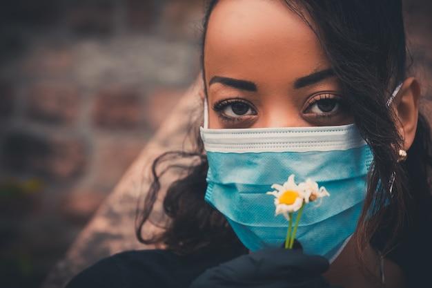 Schönes schwarzes mädchen im freien mit einer medizinischen maske Kostenlose Fotos