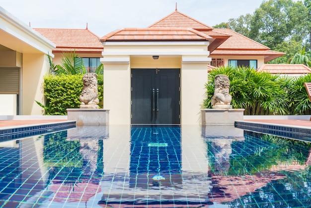 Schönes schwimmbad im resort Kostenlose Fotos