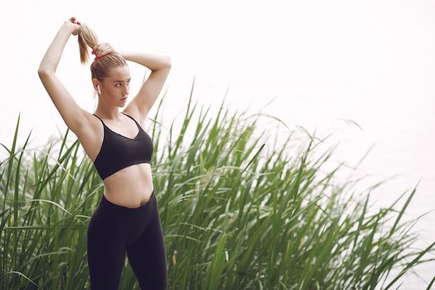 Schönes sportmädchen in einem sommerpark Kostenlose Fotos
