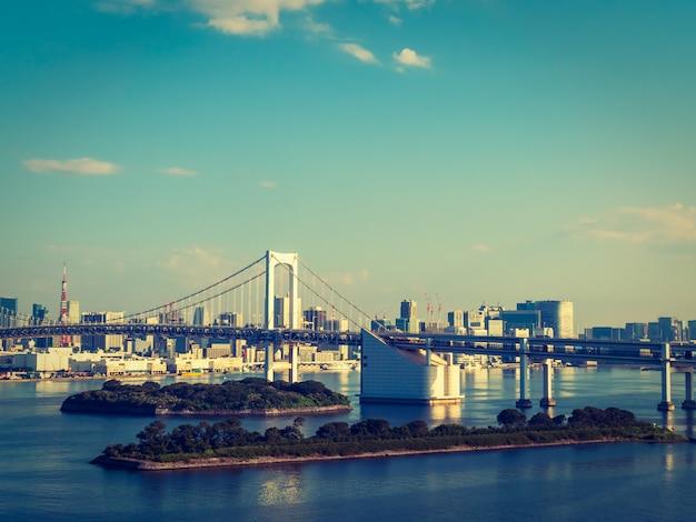 Schönes stadtbild mit architekturgebäude und regenbogenbrücke in tokyo-stadt Kostenlose Fotos