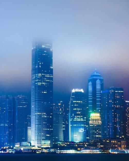 Schönes stadtbild mit beleuchtetem gebäude, das im nebel in hong kong, china eingehüllt wird Kostenlose Fotos