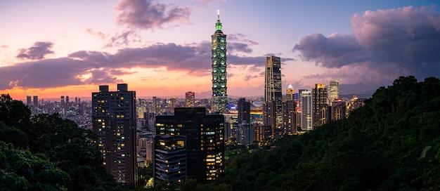 Schönes stadtbild von taipeh in der abenddämmerung Premium Fotos