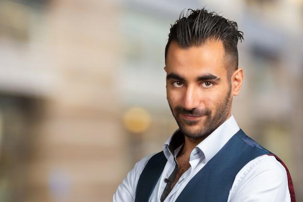 Schönes stilvolles arabisches junges mann-nahaufnahmeporträt Premium Fotos