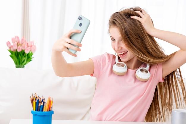Schönes teen macht selfie aus sich selbst in coolen