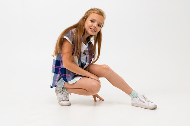 Schönes teenager-mädchen mit langen haaren in stilvollen kleidern tanzt und genießt ihr leben Premium Fotos