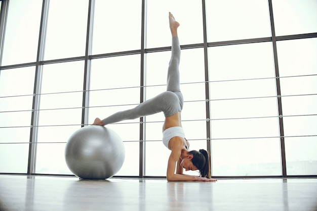 Schönes und elegantes mädchen, das yoga tut Kostenlose Fotos