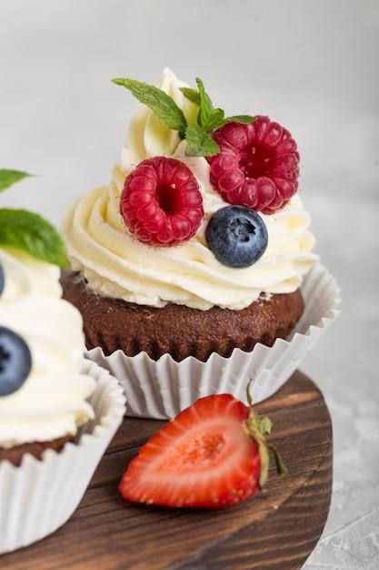 Schönes und leckeres dessert mit waldfrüchten und erdbeeren Premium Fotos