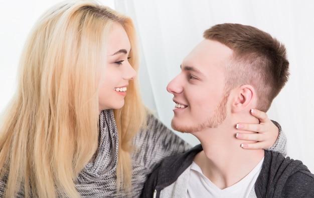 Schönes verliebtes paar im haus Premium Fotos