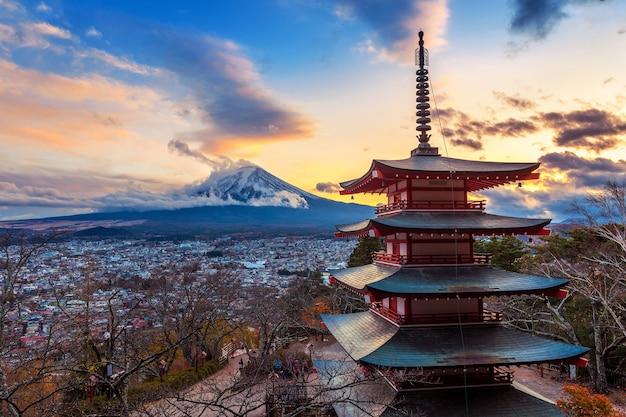 Schönes wahrzeichen des fuji-berges und der chureito-pagode bei sonnenuntergang, japan. Kostenlose Fotos