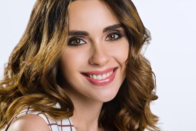 Schönes weibliches modell mit dem braunen haar und den braunen augen Premium Fotos
