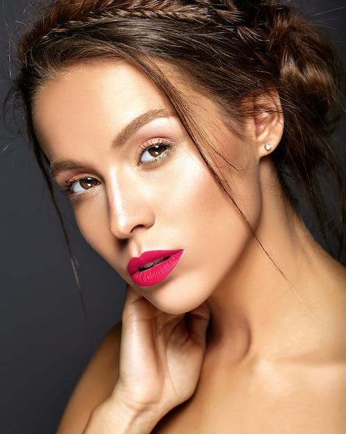 Schönes weibliches modell mit frischem täglichem make-up mit roten lippen Kostenlose Fotos