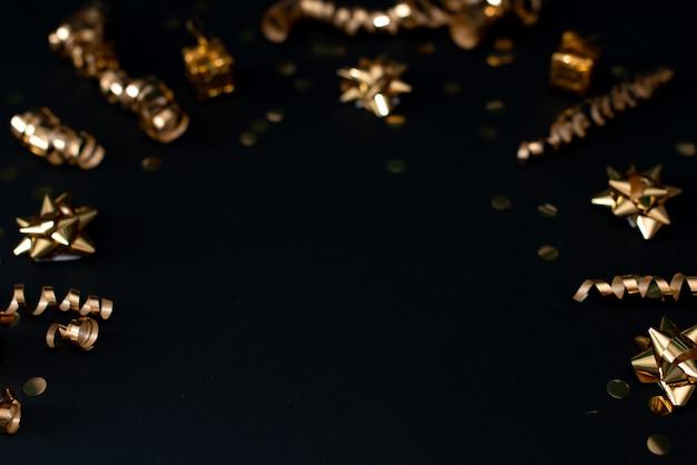 Schönes weihnachtsgoldener silberner deco flitter auf hintergrund des dunklen schwarzen. Premium Fotos