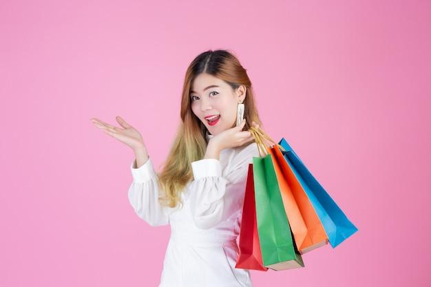 Schönes weißes mädchen, das eine einkaufstasche, eine mode und eine schönheit hält Kostenlose Fotos