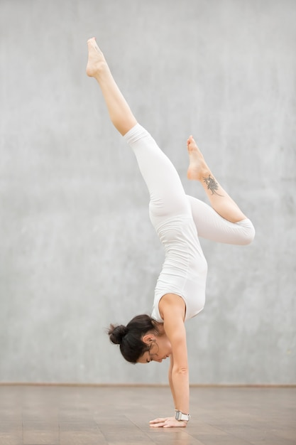 Schönes yoga: adho mukha vrksasana pose Kostenlose Fotos