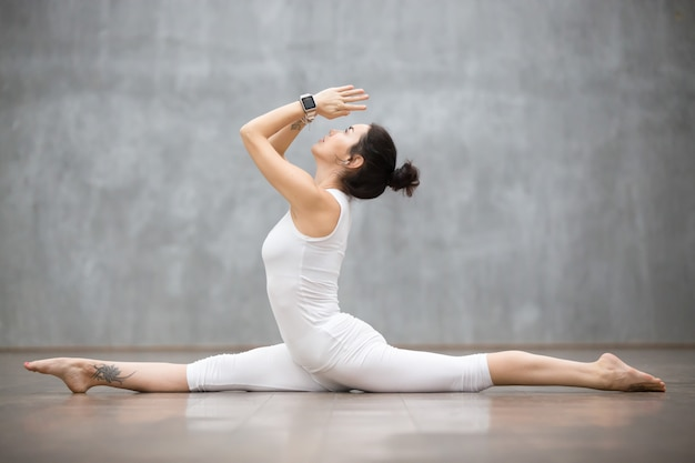 Schönes yoga: spaltet sich auf Kostenlose Fotos