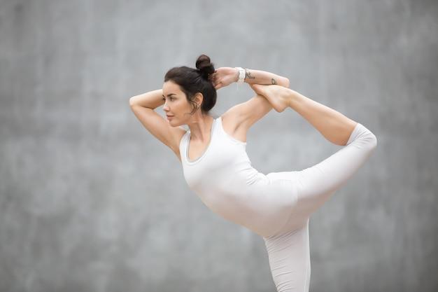Schönes yoga: tanzende shiva-pose Kostenlose Fotos