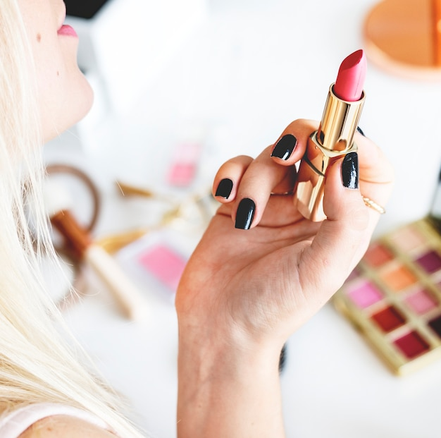 Schönheit blogger mit make-up-tutorial Premium Fotos